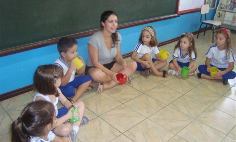 Pais e filhos brincam e aprendem juntos