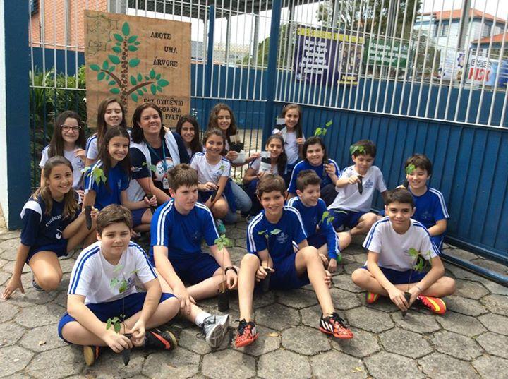 Alunos do Colégio São José promovem distribuição de mudas em ação social