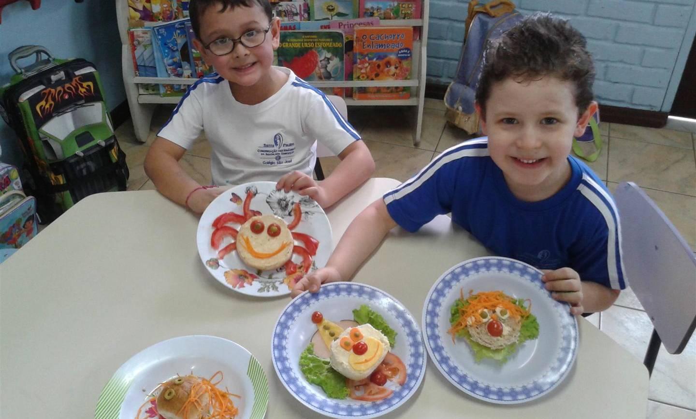 Crianças preparam e experimentam alimentos saudáveis