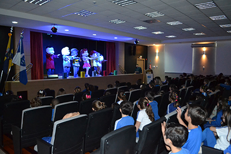 Aulas recomeçam com música e teatro