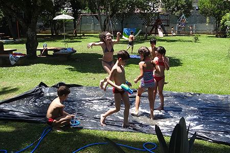 Segundos Anos realizam atividades com água no gramadão