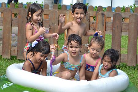 Educação Infantil espanta o calor com banho de piscina e mangueira