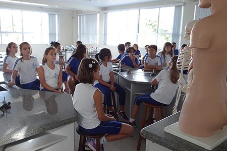 Quinto Ano estuda o corpo humano em aula no laboratório