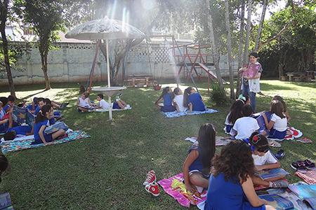 Crianças participam de piquenique literário