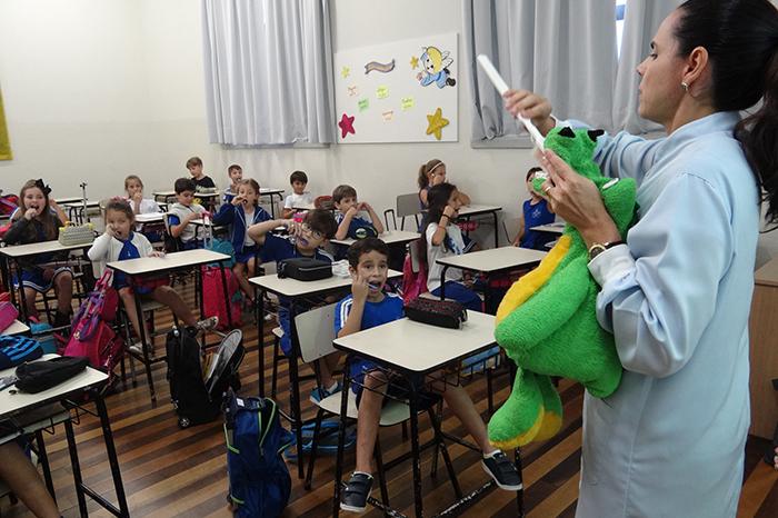 Odontopediatra ensina alunos do Ensino Fundamental como escovar os dentes corretamente