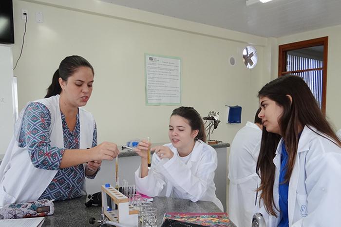 Alunos simulam digestão de alimentos em laboratório