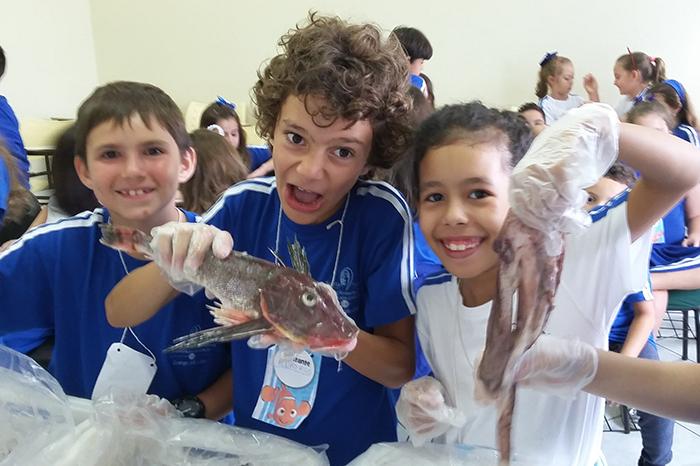 Crianças conhecem processo de industrialização de pescados