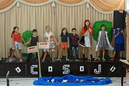 """Diversificado: Crianças encenam """"Chapeuzinho Vermelho"""""""