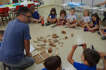 Educação Infantil: Vovô marceneiro ensina como fazer brinquedos de madeira