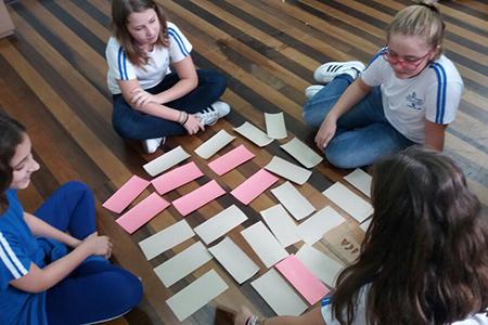 Ensino Fundamental: Sexto Anos criam jogo da memória na aula de Língua Portuguesa