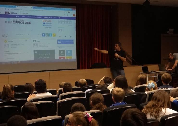 Estudantes recebem capacitação para uso de ferramentas de educação da Microsoft