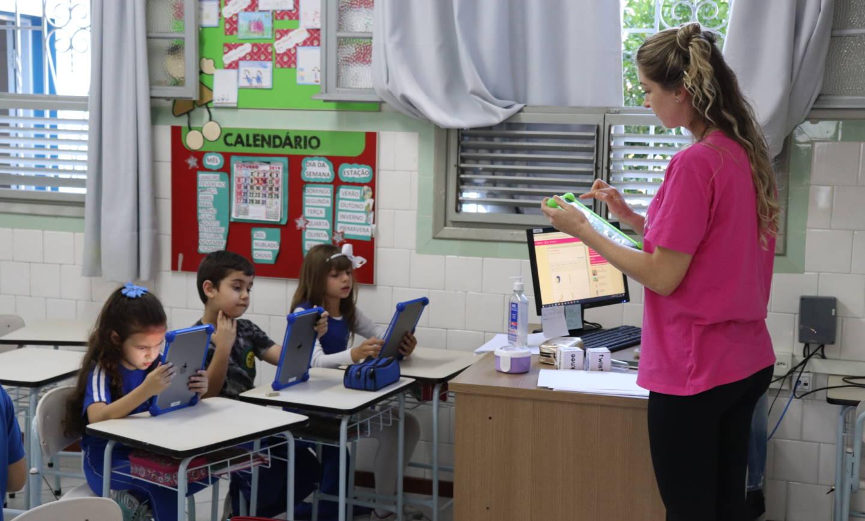 Primeiros anos usam tablet na aula de inglês