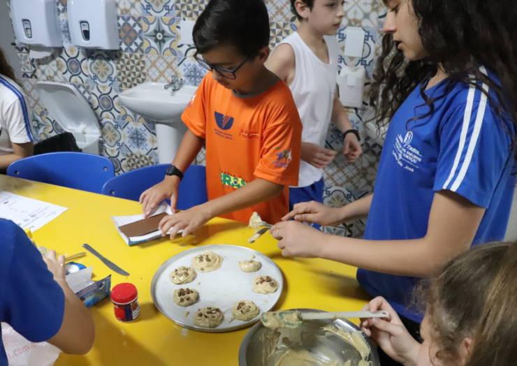 Sextos anos produzem cookies na aula de língua inglesa