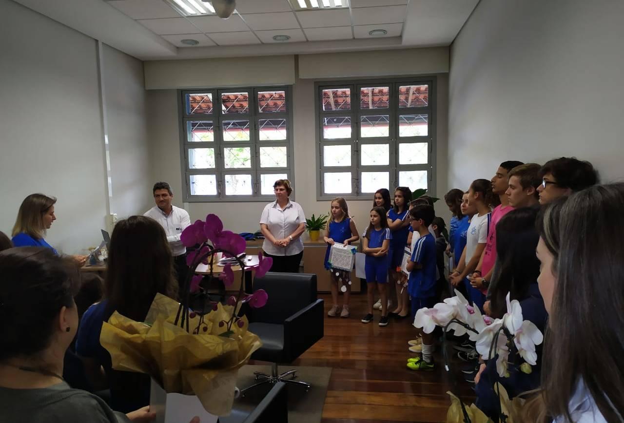 Estudantes fazem homenagem no dia do diretor escolar