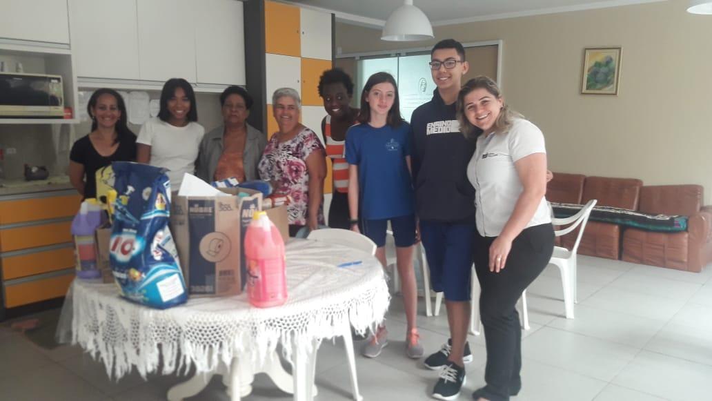 Alunos do CSJ entregam donativos da Gincana da Solidariedade