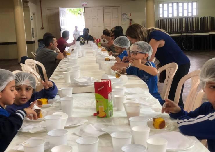 Crianças partilham alimentos com necessitados na Igreja Matriz