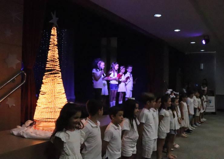 Crianças celebram o Dia de Ação de Graças